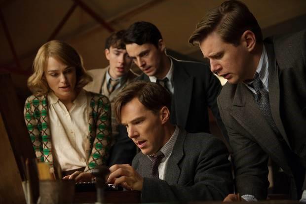 L'incantevole Benedict Cumberbatch interpreta Alan Turing, alle prese con la macchina Enigma rubata ai nazisti, in The Imitation Game. A dargli manforte con sguardi intensissimi, la Knightley, l'altrettanto incantevole Matthew Goode e – ma dimmi tu - l'autista irlandese di Downton Abbey.